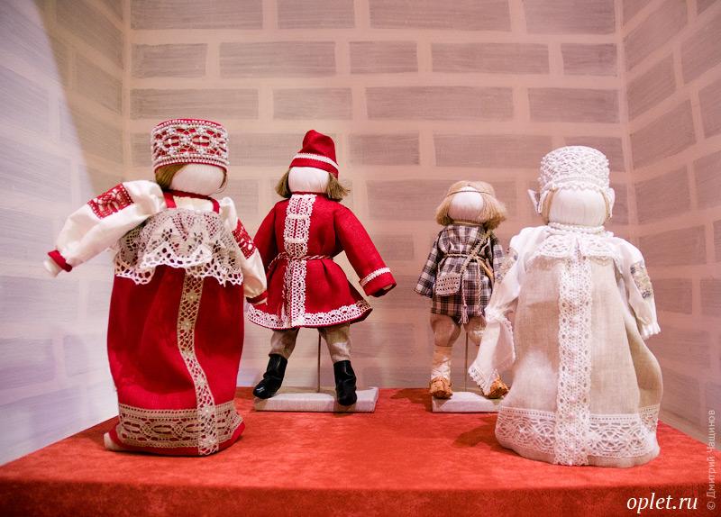Куклы в костюмах, украшенных кружевом